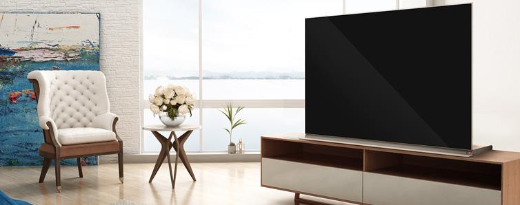 """伴随着电视产业的加速升级,""""薄""""——已经成为一种潮流趋势。但是,对于现代客厅装修风格百变的家居环境来说,彩电企业已开始注重让电视在保证足够薄的同时还能""""别有所图""""。"""