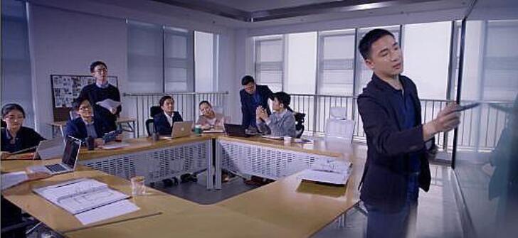 在信息化教育推进过程中,从没有粉尘污染的无尘类黑板,到图文显现、声情并茂的影音类黑板,再到实现与电脑互通互联的交互类黑板