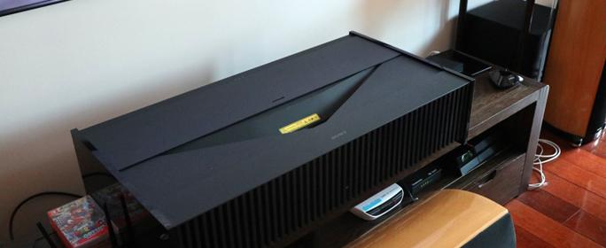索尼VPL-VZ1000作为一款定位高端的反射式超短焦激光投影机,4K分辨率让这款产品傲视市场。虽然目前市场上有很多DLP的4K激光电视,但是其都是采用插帧技术实现的4K效果。而索尼VPL-VZ1000采用SXRD技术,是真正的4K分辨率。