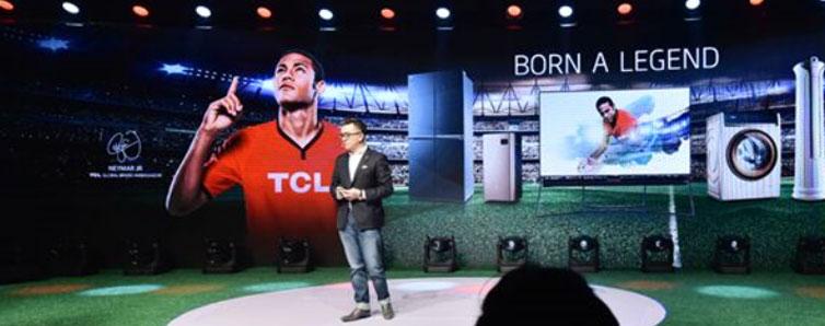 """当地时间4月17日,TCL&内马尔全球发布会在巴西圣保罗拉开大幕,TCL为内马尔授予了象征""""全球品牌大使""""身份与责任的印章,内马尔则回赠了TCL定制签名球衣。"""