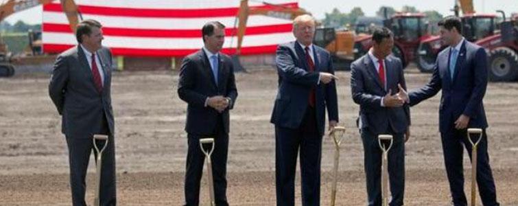 """6月28日,对于一直鼓吹制造业回迁美国的特朗普而言,是一个可以纪念的日子——美国总统亲自出席威斯康星州鸿海富士康液晶面板项目的""""动工典礼""""。这也是首次有大国元首莅临大型液晶显示项目的动工现场。"""