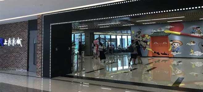 位于上海市漕宝路33号日月光广场的SFC上影影城(徐汇日月光店),在VR活动休闲区打造了一套多屏拼接巨幕投影系统皓空(WHITESKY)为其量身定制了一套灵活的大屏拼接显示解决方案。