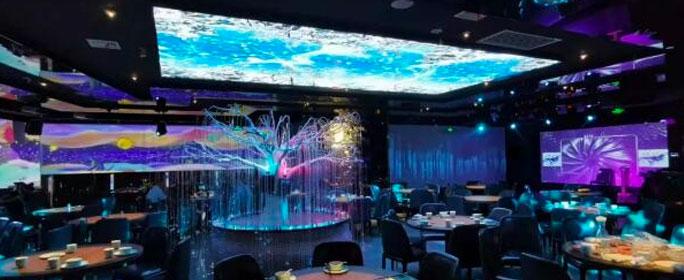 以鲲为引,以全息投影为源,这家全息投影餐厅将视觉、味觉、听觉等多重感官相结合,把大家带入一个如梦似幻的鲲鹏世界。