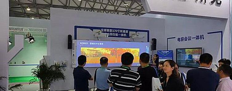 中國國際教育裝備(上海)博覽會,東方中原帶來了全球首款170寸雙通道超寬電容白板一體機,它目前是全球首款最大的雙通道電容白板一體機解決方案。