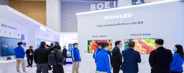 Micro LED的未來圖景正在變得越來越清晰。因為,更多的巨頭進入了這一市場:京東方、華星光電、三星、群創等全球顯示面板巨頭都推出了TFT-Micro LED技術產品